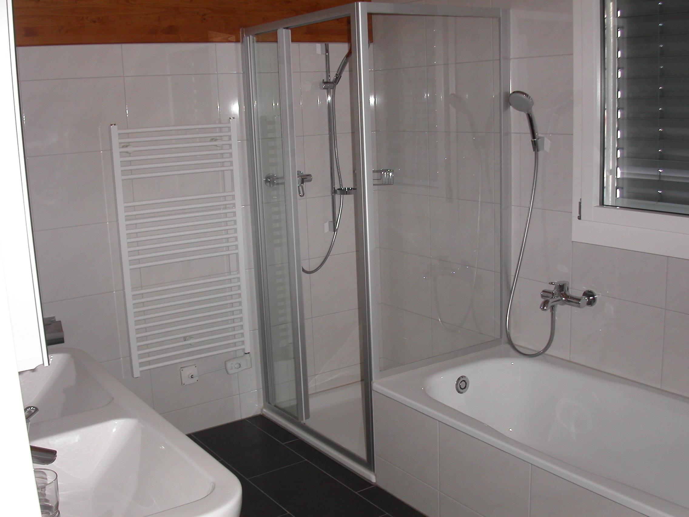 Modernes G?stebad Mit Dusche : Bad gross Badewanne/Dusche